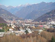 白变种,贝加莫,意大利 Seriana谷的鸟瞰图 免版税库存照片