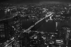 黑白哈德森桥梁夜鸟瞰图  免版税库存照片