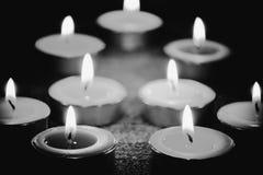 黑白图象和烛光焰选择聚焦在晚上点燃 免版税库存照片