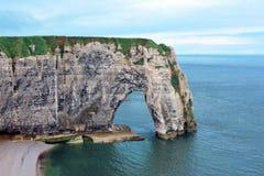 白垩峭壁在作为形成一部分的海叫L'艾吉耶山d'Étretat在塞纳河-海事部门的Etretat, 库存图片