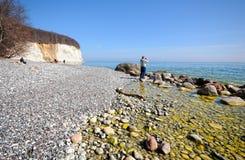 白垩峭壁海滩的人们吕根岛海岛 免版税库存图片