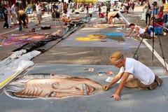 白垩艺术家创造在街道上的精心制作的万圣夜场面 免版税图库摄影