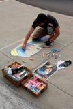 白垩艺术家画在边路的画象在艺术节 免版税库存图片
