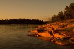 白夜照亮的芬兰岸 库存照片