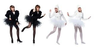 黑白天使服装的十几岁的女孩  免版税库存图片
