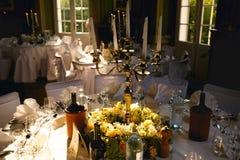 白天在用白色和黄色装饰的饭桌上说谎 免版税库存图片