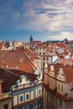 白天垂直的布拉格与泡影在天空中 免版税库存图片