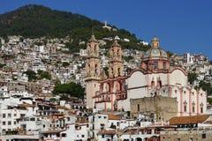 白天观点的Taxco de阿拉尔孔,有基督圣诞老人Prisca ststue和教会的墨西哥  库存照片