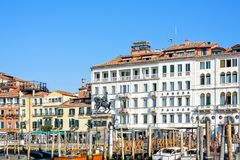 白天视图从小船到Riva degli Schiavoni江边 库存图片