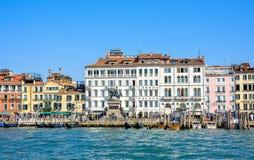 白天视图从小船到Riva degli Schiavoni江边 免版税图库摄影