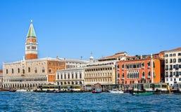白天视图从小船到Riva degli Schiavoni江边 库存照片