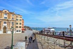 白天视图向Riva degli有游人的w Schiavoni江边 库存图片