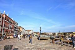 白天视图向Riva degli有游人的w Schiavoni江边 库存照片