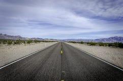 白天通行证路, Amargosa谷内华达 库存图片