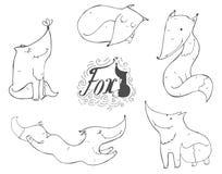 黑白套手拉的逗人喜爱的狐狸用不同的姿势,睡觉,坐,跳跃,站立 在白il隔绝的传染媒介 免版税库存图片