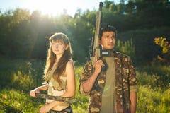 白女孩和一个阿拉伯人伪装的与一个武器在ha 库存图片