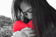 黑白妇女拥抱红色心脏 免版税库存照片
