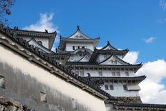 白姬路城和墙壁在蓝天背景 亦称姬路城白色苍鹭城堡 图库摄影
