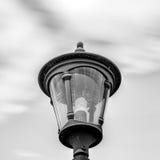 黑白室外灯上面 免版税图库摄影