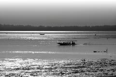 黑白小船和海运 库存图片