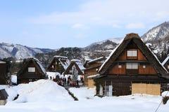 白川町,日本- 1月18 :游人参观1月的老村庄 免版税库存照片