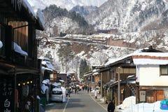 白川町,日本- 1月18 :游人参观1月的老村庄 免版税库存图片