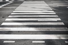 黑白斑马的行人交叉路 免版税库存照片