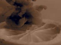 黑白新鲜的柠檬半在黑暗的烟 免版税库存照片