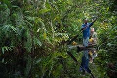 白旅游摄影师在独木舟旅行。 免版税库存照片