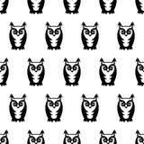 黑白无缝的猫头鹰样式 逗人喜爱的动画片猫头鹰背景 库存照片
