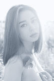 黑白有肥满嘴唇的画象美丽的性感的女孩有鸦片花的在手上有在日落的露出的肩膀的 图库摄影