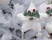白杉树蓝色球装饰圆的欢乐星 图库摄影