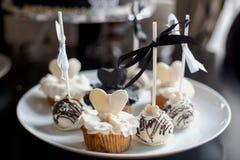 黑白杯形蛋糕 免版税库存图片