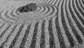黑白样式的日本禅宗样式石头庭院 免版税库存图片