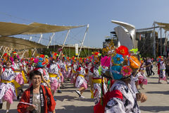 白桃红色礼服的舞蹈家在商展的日本传统游行2015年 库存图片