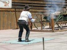 白棉布鬼城-与枪的牛仔射击 免版税库存照片