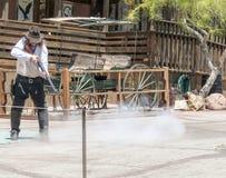 白棉布鬼城-与步枪的牛仔射击 免版税库存图片