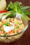 白椰菜沙拉用葱、红萝卜、胡椒和橄榄 免版税库存图片