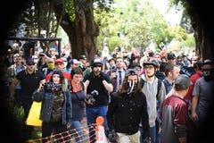 白民族主义者和反Facist小组争吵在街市伯克利加利福尼亚 库存照片