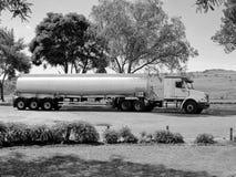 黑白汽油油槽车 库存图片