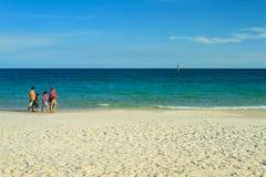 白沙子海滩和游人 免版税库存图片