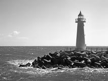 黑白灯塔在天时间 免版税库存照片