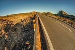 白点日落时间透镜射击在云彩上的在山 新熔岩荒野 公园路路很远 ??  免版税库存图片