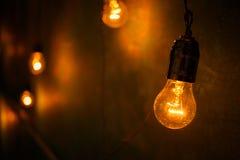 白炽灯在一个现代演播室 爱迪生灯 库存图片
