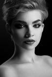 黑白照片接近佩带专业构成的一名美丽的妇女 库存照片