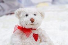 白熊在床上在婴孩卧室 免版税图库摄影