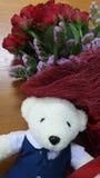 白熊玩偶和英国兰开斯特家族族徽花束在木背景 免版税库存图片
