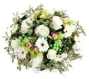 白玫瑰、白色大丁草和兰花的花卉构成。植物的构成,设计花束,植物布置。 库存图片