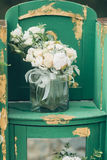 白玫瑰和八仙花属婚礼花束  库存图片