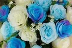 白玫瑰和明亮的蓝色玫瑰是礼物或装饰的假花 库存照片